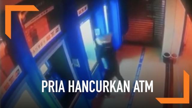 Rekaman seorang pria menghancurkan empat mesin ATM sekaligus. Aksi tersebut ia lakukan usai bertengkar dengan dengan sang istri.