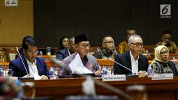 Menteri Agama Lukman Hakim Syaifuddin (kedua kiri) mengikuti rapat kerja dengan Komisi VIII DPR di Kompleks Parlemen Senayan, Jakarta, Kamis (19/9/2019). Rapat tersebut menyepakati RUU Pesantren dan Pendidikan Keagamaan diubah menjadi RUU Pesantren. (Liputan6.conm/Johan Tallo)
