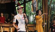 Pembalap Repsol Honda, Marc Marquez (kiri) bersama salah satu presenter cantik asal Bandung. (Istimewa)