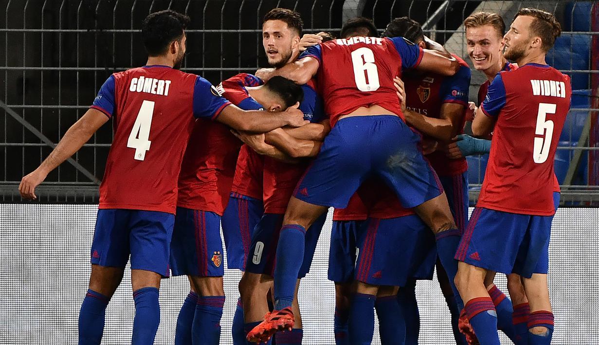 Pemain Basel merayakan gol yang dicetak Fabian Frei ke gawang Eintracht Frankfurt dalam laga babak 16 besar Liga Europa 2019/2020 di St.Jakob Park, Basel, Jumat (7/8/2020) dini hari WIB. Basel menang 1-0 atas Eintracht Frankfurt. (AFP/Fabrice Coffrini)