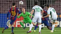 Striker Elche, Lucas Boye (kanan) melepaskan tendangan yang siap diantisipasi kiper Barcelona, Marc-Andre ter Stegen (tengah) dalam laga lanjutan Liga Spanyol 2020/21 pekan ke-24 di Camp Nou Stadium, Barcelona, Rabu (24/2/2021). Elche kalah 0-3 dari Barcelona. (AFP/Lluis Gene)