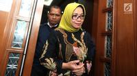 Terdakwa kasus suap PLTU Riau-1, Eni Maulani Saragih usai mengikuti sidang dakwaan di Pengadilan Tipikor, Jakarta, Kamis (29/11). Eni juga didakwa menerima gratifikasi sebesar Rp 5,6 miliar dan 40 ribu dolar Singapura. (Liputan6.com/Herman Zakharia)