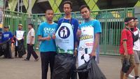 Komunitas Clean the City menggelar aksi bersih-bersih di sekitar Stadion Patriot Chandrabhaga, Jumat (17/8/2018). (Bola.com/Benediktus Gerendo)