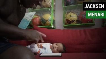 Berita video Pelatih Barito Putera, Jacksen F. Tiago, sedang berbahagia karena kelahiran anak keduanya, Diego Samir. Ia punya gaya menari diiringi lagu hip hop untuk si buah hati. Seperti apa gaya coach Jacksen?