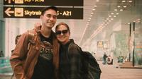 Darius Sinathrya dan Donna Agnesia saat di Bandara menuju Delhi (dok.Instagram@darius_sinathrya/https://www.instagram.com/p/B0fhxJRnfHY//Devita Nur Azizah