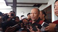Satgas Antimafia Bola setelah menggeledah rumah mantan exco PSSI, Hidayat, Rabu (23/1/2019). (Bola.com/Zaidan Nazarul)