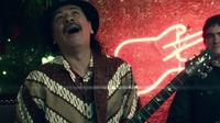 Carlos Santana kenakan batik di videoklip Saidera.