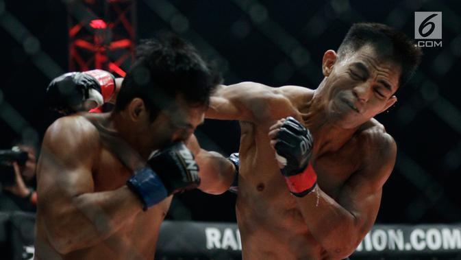 Petarung Indonesia, Stefer Rahardian, memukul saat melawan petarung Filipina, Robin Catalan (Bola.com/M Iqbal Ichsan)