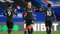 Gelandang Liverpool, Jordan Henderson, merayakan gol yang dicetaknya ke gawang Crystal Palace pada laga lanjutan Liga Inggris di Selhurst Park Stadium, Sabtu (19/12/2020) malam WIB. Liverpool menang 7-0 atas Crystal Palace. (AFP/Adam Davy/pool)