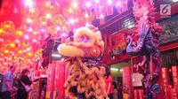 Tarian barongsai hibur warga keturunan Tionghoa pada malam Tahun Baru Imlek di Vihara Amurva Bhumi, Jakarta, Senin (04/2). Tarian barongsai yang sebelumnya telah diberkati bertujuan untuk mengusir setan. (Liputan6.com/Herman Zakharia)