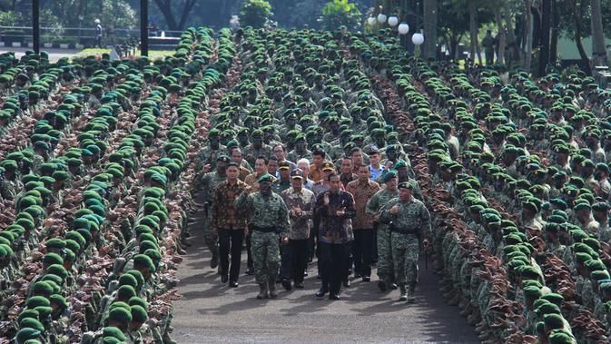 Jokowi berjalan ditengah barisan pasukan Kostrad saat mengunjungi Markas Divisi Infanteri 1 Kostrad Cilodong, Jawa Barat, Rabu (16/11).Presiden yang merupakan Panglima Tertinggi TNI ini disambut yel-yel 3.500 pasukan. (Biro Pres Kepresidenan)