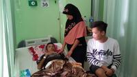 Wawan (42) menjalani perawatan intensif di RSUD dokter Soekardjo, Kota Tasikmalaya, Jawa Barat, setelah sejumlah paku tajam tertanam dalam perutnya. (Liputan6.com/Jayadi Supriadin)