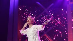 Diva Indonesia Ruth Sahanaya tampil pada halalbihalal Elang Mahkota Teknologi (Emtek) Group di Studio 6 Emtek City Daan Mogot, Jakarta, Selasa (25/6/2019). Mengusung tema 'Kebersamaan Penuh Keikhlasan', halalbihalal Emtek dimeriahkan penampilan sejumlah bintang tamu. (Liputan6.com/Faizal Fanani)