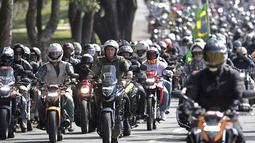 Presiden Brasil Jair Bolsonaro (kiri tengah) melakukan tur sepeda motor dengan para pendukung di Brasilia, di tengah pandemi COVID-19, Minggu (9/5/2021). Bolsonaro memimpin ratusan pengendara motor melakukan perjalanan mengelilingi ibu kota Brasil untuk memperingati Hari Ibu. (AP Photo/Eraldo Peres)