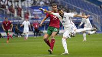 Striker Prancis, Karim Benzema, melepaskan tendangan saat melawan Bulgraria pada laga uji coba terakhir jelang Euro 2020 di Stade de France, Rabu (9/6/2021). Prancis menang dengan skor 3-0. (AP/Francois Mori)