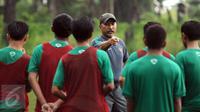 Pelatih Timnas Indonesia U-16, Fakhri Husaini memberi arahan pada pemain saat latihan seleksi di Lapangan NYTC, Sawangan, Depok, Senin (27/3). 55 pemain mengikuti latihan seleksi masuk Timnas Indonesia U-16. (Liputan6.com/Helmi Fithriansyah)