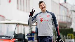 Penyerang Bayern Munchen, Robert Lewandowski tiba menghadiri sesi latihan tim di Munich, Jerman selatan (24/11/2020). Munchen akan bertanding melawan Salzburg pada Grup A Liga Champions di Allianz Arena. (AFP/Marco Donato)