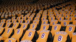 Los Angeles Lakers menghormati mendiang Kobe Bryant dengan memberikan kaus untuk para penggemar sebelum pertandingan NBA melawan Portland Trail Blazers di Staples Center, Jumat, (31/1/2020). Kobe Bryant meninggal akibat kecelakaan helikopter bersama putrinya Gianna. (AP Photo / Kelvin Kuo)