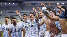 Penyerang Argentina, Lionel Messi berselebrasi dengan rekan-rekannya usai mengalahkan Brasil pada pertandingan final Copa America di stadion Maracana di Rio de Janeiro, Brasil, Minggu (11/7/2021). Argentina menang tipis atas Brasil 1-0 berkat gol tunggal Angel Di Maria. (AP Photo/Bruna Prado)