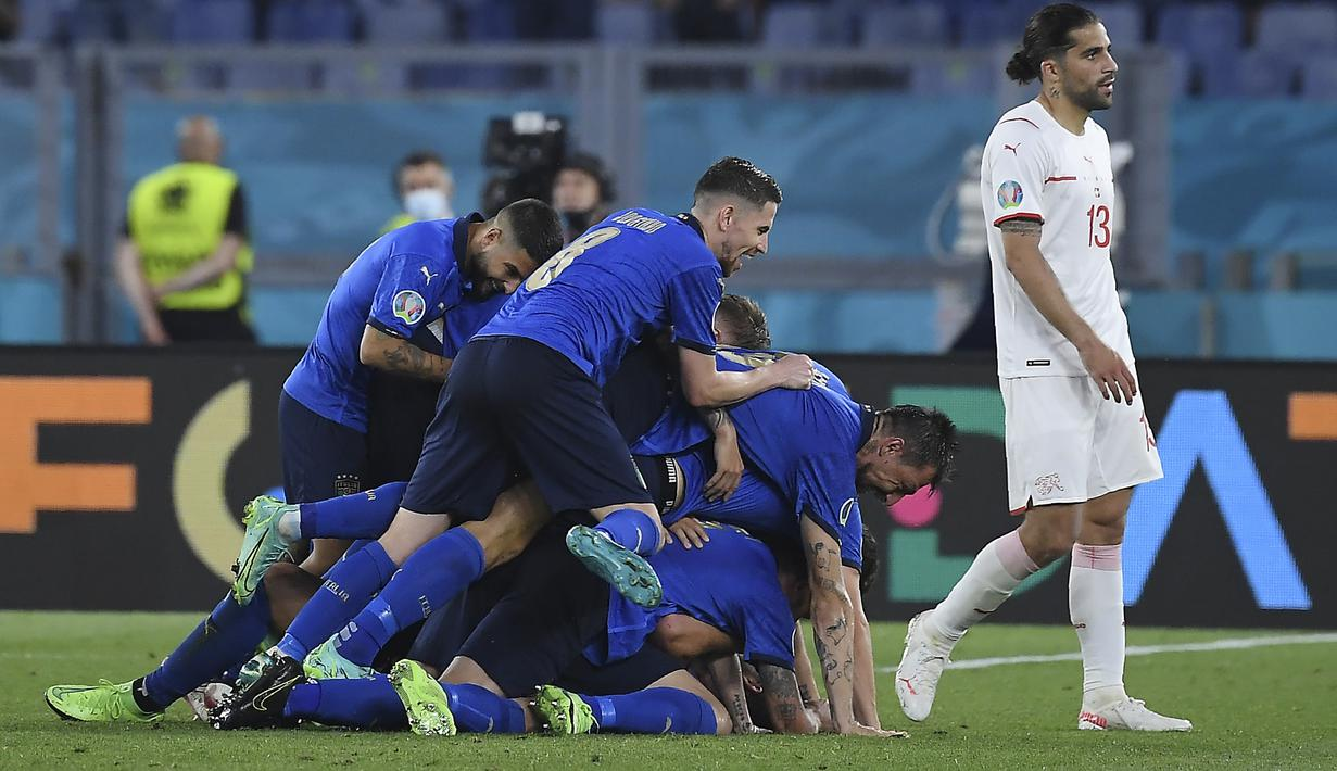 Italia memetik kemenangan kedua di Grup A Euro 2020 (Euro 2021) usai mengalahkan Swiss 3-0 di Olimpico Stadium, Kamis (17/6/2021) dini hari WIB. Hasil ini memastikan Gli Azzurri menjadi tim pertama yang memastikan lolos ke babak 16 Besar. (Foto: AP/Pool/Ettore Ferrari)