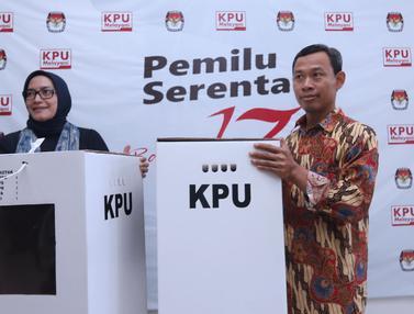 Komisioner KPU Tunjukkan Contoh Kotak Suara Pemilu Serentak 2019
