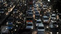 Kepadatan kendaraan saat sore menjelang malam di Jalan Jenderal Gatot Subroto, Jakarta, Jumat (3/3). Produsen GPS, TomTom merilis daftar kota dengan kemacetan terparah di dunia dan Jakarta menempati posisi ketiga. (Liputan6.com/Yoppy Renato)