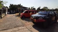 Densus 88 Antiteror menggeledah rumah terduga teroris, Rohim di Sekip, Banjarsari, Solo, Jumat (16/8).(Liputan6.com/Fajar Abrori)