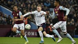 Gelandang Liverpool,  Harvey Elliott (tengah) berusaha melewati pemain Aston Villa, Ezri Konsa (kanan) pada pertandingan perempat final Piala Liga Inggris di Villa Park di Birmingham (17/12/2019). Liverpool kalah telak 5-0 atas Aston Villa. (AP Photo / Rui Vieira)