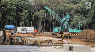 Pekerja menyelesaikan proyek pembangunan mass rapid transit (MRT) fase II rute Bundaran HI-Kota di Taman Monumen Nasional (Monas), Jakarta, Selasa (2/7/2019). Pembangunan tersebut mencakup gardu listrik serta Stasiun Monas. (Liputan6.com/Faizal Fanani)