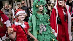 Orang-orang dari berbagai negara berpakaian seperti Sinterklas berpartisipasi dalam parade di Copenhagen, Denmark (22/7/2019). Kongres pertemuan sinterklas sudah diadakan sejak tahun1957. (Liselotte Sabroe/Ritzau Scanpix/AFP)
