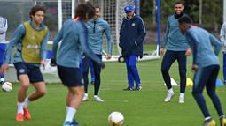 Pelatih Chelsea, Maurizio Sarri melihat para pemainnya berlatih selama sesi latihan tim di Stoke D'Abernon, London (8/5/2019). Pada leg pertama Chelsea bermain imbang 1-1 atas Eintracht Frankfurt di Jerman. (AFP Photo/Ben Stansall)