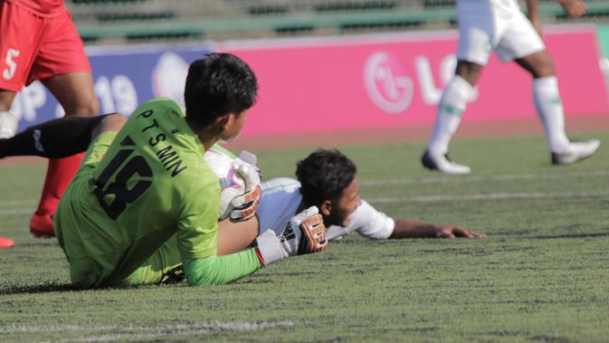 Pemain Myanmar U-22 terkapar pada laga pertama piala AFF U-22 yang berlangsung di Stadion Nasional, Phom Penh, Kamboja, (Senin/18/2). Timnas Indonesia bermain imbang 1-1 kontra Myanmar. (Bola.com/Zulfirdaus Harahap)