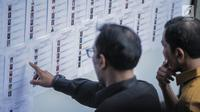 Peserta melihat daftar hadir tes uji kompetensi Seleksi Calon Pimpinan KPK di Pusdiklat Kementerian Sekretaris Negara, Cilandak, Jakarta, Kamis (18/7/2019). Sebanyak 192 kandidat calon pimpinan (capim) Komisi Pemberantasan Korupsi (KPK) mengikuti uji kompetensi tersebut. (Liputan6.com/Faizal Fanani)