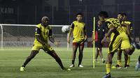 Pemain Bhayangkara FC, Herman Dzumafo, berusaha menangkap bola saat latihan di Stadion PTIK, Jakarta, Jumat (18/10). Jelang hadapi Tira Persikabo, Bhayangkara latihan tertutup. (Bola.com/Yoppy Renato)