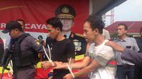 Polisi meringkus Adison, (21), dan Indra Winata (28) komplotan perampok bermodus mengganjal mesin ATM. (Liputan6.com/Ady Anugrahadi)