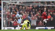 Pemain West Ham, Manuel Lanzini ketika mencetak gol ke gawang Manchester United di ajang Carabao Cup. (OLI SCARFF / AFP)