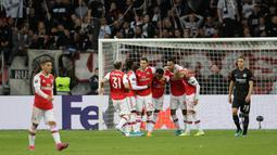 Pemain Arsenal Joe Willock (keempat kanan) merayakan bersama rekan setimnya usai mencetak gol ke gawang Eintracht Frankfurt pada laga Grup F Liga Europa di Commerzbank Arena, Frankfurt, Jerman, Kamis (19/9/2019). The Gunners menang telak 3-0. (AP Photo/Michael Probst)