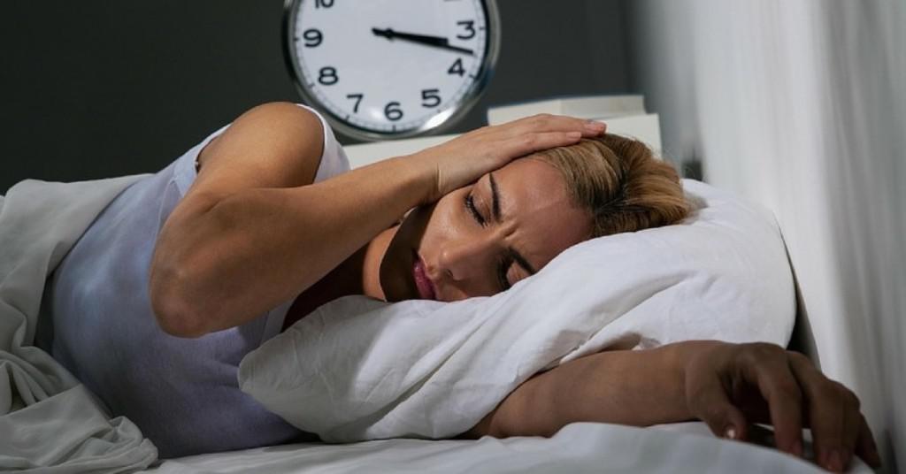 Ada banyak cara untuk mengatasi masalah gangguan tidur. (via: charlottechironc.com)