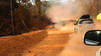 Sensasi reli Dakar dengan jalan berdebu tebal saat menuju Berau.