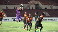Perseru Serui menang tipis atas PS Tira pada lanjutan Liga 1 2018 di Stadion Sultan Agung, Bantul, Selasa (22/5/2018). (Bola.com/Permana Kusumadijaya)
