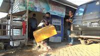Warga membuang daging ayam program Bantuan Pangan Non Tunai di Tuban ditemukan busuk dan tak layak konsumsi. (Liputan6.com/ Ahmad Adirin)