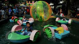 Sejumlah anak tengah bermain di arena permainan yang ada di Pekan Raya Jakarta (PRJ), Senayan, Jakarta, Selasa (2/6/2015). PRJ Senayan yang diikuti oleh 800 UKM tersebut dibuka dari 30 Mei-5 Juni mendatang. (Liputan6.com/Johan Tallo)