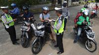 Sejumlah pengendara motor terjaring Operasi Zebra Jaya 2018 di kawasan Cinere, Depok, Selasa (30/20). Razia ini sendiri, salah satunya untuk mengincar pengendara yang tidak melengkapi surat-surat kendaraan, seperti STNK atau SIM. (Merdeka.com/Arie Basuki)