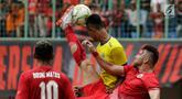 Striker Persija Jakarta, Marko Simic menendang bola saat menghadapi 757 Kepri Jaya pada laga Piala Indonesia di Stadion Patriot, Bekasi, Rabu (23/1). Persija menang telak 8-2. (Bola.com/Yoppy Renato)
