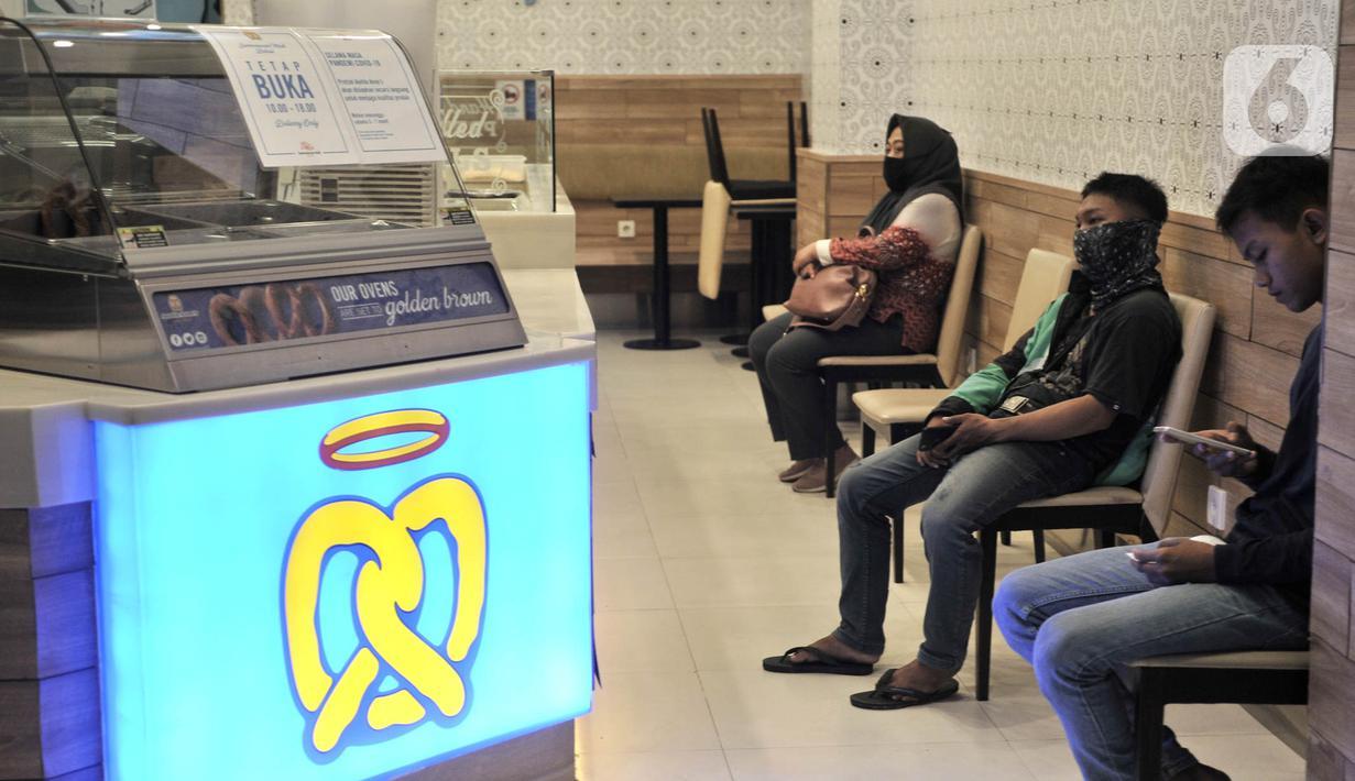 Pengunjung makanan di Sumarecon Mall Bekasi, Jawa Barat, Kamis (28/5/2020). Sumarecon Mall Bekasi akan menjadi mal percontohan dalam menerapkan New Normal di bidang perniagaan yang rencananya akan dibuka secara bertahap mulai 8 Juni seiring berakhirnya PSBB di Bekasi. (merdeka.com/Iqbal S. Nugroho)