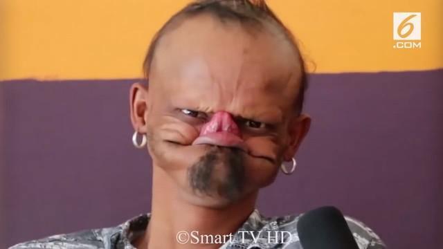 Seorang pria di Nepal punya lidah unik dan panjang. Kelebihannya ini membuatnya bisa menjilat jidat sendiri.