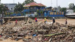 Sampah yang didominasi potongan bambu dan botol plastik menumpuk di Pintu Air Manggarai, Jakarta, Jumat (26/4). Sampah ini terbawa arus sungai Ciliwung akibat curah hujan yang tinggi di kawasan Bogor dan sekitarnya, Kamis (25/4). (Liputan6.com/Helmi Fithriansyah)