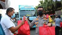 Kapolres Malang Kota AKBP Budi Hermanto menyerahkan bantuan sembako untuk masyarakat yang membutuhkan di masa berlakunya PPKM Level 4, Sabtu (24/7/2021). (Ist)