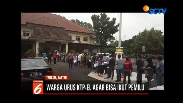Warga Tangerang Selatan antre urus KTP elektronik di kantor Disdukcapil agar bisa memilih pada Pemilu 2019.
