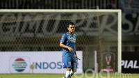 Pemain Persib Bandung, Dedi Kusnandar saat berlaga melawan Semen Padang FC di Stadion Pakansari, Bogor (11/3/2017). (Bola.com/Nicklas Hanoatubun)